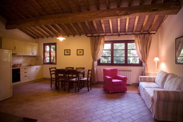 Great arredamento casa poggibonsi vendita in casale o for Arredamento toscano
